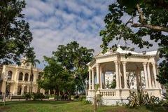 Hôtel de ville et belvédère néoclassique en parc images libres de droits