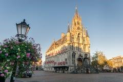 Hôtel de ville gothique du Gouda, Pays-Bas au coucher du soleil photo stock
