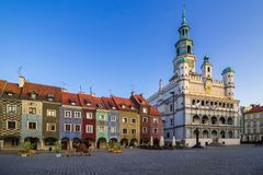 Hôtel de ville de Poznan et façade des bâtiments colorés en vieux mars images libres de droits