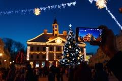 Hôtel de ville de Tartu dans le décor du ` s de nouvelle année et l'arbre de Noël Image libre de droits