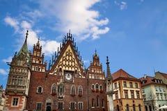 Hôtel de ville de Wroclaw à la place du marché contre le ciel lumineux d'été Capitale historique de la Silésie Pologne, l'Europe image libre de droits