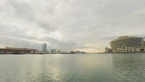 Hôtel en verre gentil près du port dans l'eau