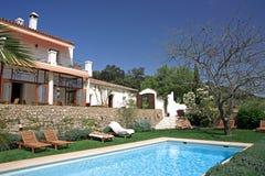 Hôtel et piscine rustiques de luxe dans la campagne Photo stock