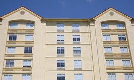 Hôtel jaune de stuc Photos libres de droits