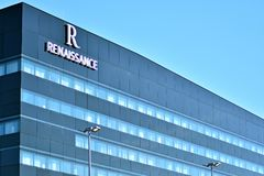 Hôtel moderne de la Renaissance de bâtiment Aéroport de Varsovie Chopin Images libres de droits