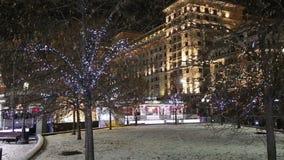 Hôtel Moscou d'illumination de vacances de Noël et de nouvelle année et de quatre saisons la nuit Russie banque de vidéos