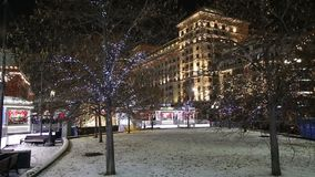 Hôtel Moscou d'illumination de vacances de Noël et de nouvelle année et de quatre saisons la nuit Russie clips vidéos