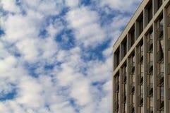 Hôtel ou ciel bleu d'immeuble Image stock