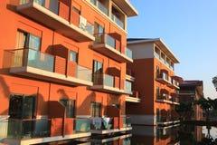 Hôtel près par le lac Photos stock