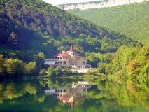 Hôtel reculé sur le lac Justinian, Crimée photos stock