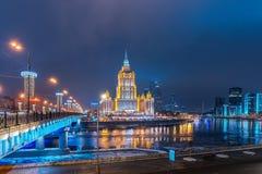 Hôtel royal de Radisson de ` d'hôtel, ` de l'Ukraine de ` de ` de Moscou sur la rivière de Moskva de nuit images libres de droits