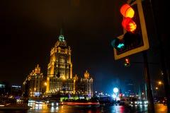 Hôtel Ukraine de gratte-ciel de Stalin ancien dans la nuit Photo stock