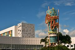 Hôtel universel coloré de thème sur le backround de ciel bleu image stock