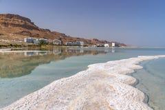 Hôtels d'Ein Bokek contre le contexte des montagnes et du ciel des formations de sel de la mer morte image libre de droits