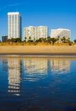 Hôtels rayés à côté de l'océan pacifique Images stock