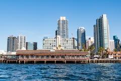 Hôtels, restaurants et appartements le long de San Diego Waterfront image libre de droits