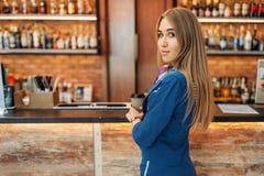 Hôtesse au compteur de barre en café d'aéroport photos libres de droits