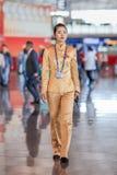 Hôtesse avec du charme à l'aéroport capital de Pékin, Chine Image stock