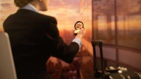Hôtesse regardant dans le miroir, maquillage rafraîchissant avant vol, code vestimentaire clips vidéos