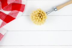 Höchst-Ansicht des roten karierten Teetuches und der Abwaschbürste Lizenzfreies Stockbild