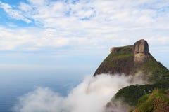 Höchstberg Pedra DA Gavea im Wolkenhimmel-Seeozean, Rio de Jan Lizenzfreies Stockbild