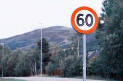 60 Höchstgeschwindigkeits-Verkehrsschildhintergrund Lizenzfreie Stockfotos