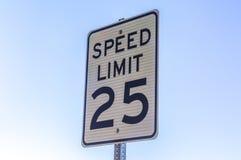 Höchstgeschwindigkeitszeichen angesehen mit einem Himmelhintergrund Stockfotos