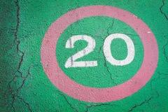 Höchstgeschwindigkeitszeichen 20 Kilometer auf Radweg Stockbild