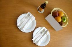 Höfliche Tabelle im Hotel mit Wein, frischen Früchten, Teller und stockfotografie
