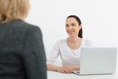 Höflicher Doktor hat Diskussion mit älterer Dame Lizenzfreies Stockbild