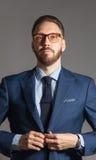 Höflicher hübscher stilvoller bärtiger Mann in der blauen Klage Stockfotos
