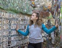 Höft flicka för elva yearold som poserar i den magiska trädgården av Isaiah Zagar, Philadelphia Royaltyfri Foto