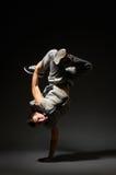 Höft-flygtur dansareanseende på ett räcker Royaltyfri Foto