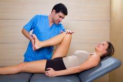 Höftmobilizationterapi av physiotherapisten till den tålmodiga kvinnan Fotografering för Bildbyråer