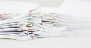 Högöverbelastningsdokument av rapporten på den vita bakgrundstidschackningsperioden arkivfilmer