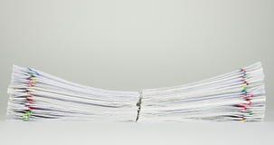 Högöverbelastningspapper av rapporten på den vita bakgrundstidschackningsperioden arkivfilmer
