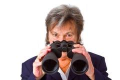 Hög affärskvinna för kvinnlig med kikare Arkivbild