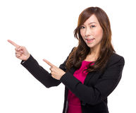 Hög affärskvinna med fingerpunkt ut Fotografering för Bildbyråer