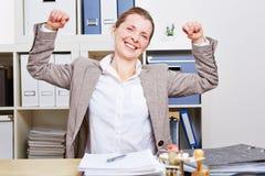 Hög affärskvinna som kopplar av henne Fotografering för Bildbyråer