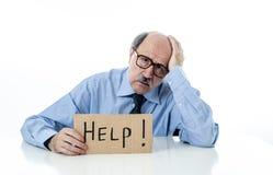 Hög affärsman för ståendeOS som frågar för hjälp som isoleras på vit bakgrund arkivfoto
