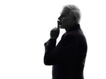 Hög affärsman som hyssjar fingret på kantkontur Arkivfoto