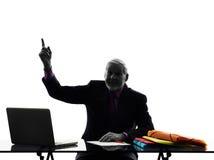 Hög affärsman som pekar upp kontur Arkivbild