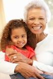 Hög afrikansk amerikankvinna och sondotter royaltyfri bild