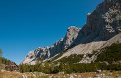 Hög alpin stuga Royaltyfri Fotografi