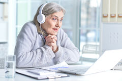 hög användande kvinna för bärbar dator royaltyfria foton