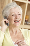 hög användande kvinna för home telefon Royaltyfria Foton