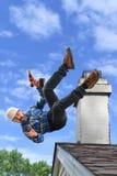 Hög arbetare som faller från taket royaltyfria foton