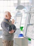 Hög arkitekt som arbetar på ritbordet Royaltyfri Bild