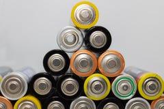 Hög av alkaliska batterier Closeup av använda motorförbundetbatterier som är klara för återanvändning, färgrik batteripyramid - b arkivfoto
