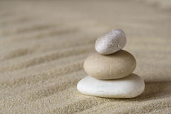 Hög av allsidiga stenar på sand Royaltyfria Bilder